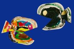 Ψάρια που γίνονται από τα πιάτα εγγράφου και που χρωματίζονται από το παιδί Στοκ Εικόνες
