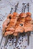 Ψάρια που τηγανίζονται κόκκινα στα οβελίδια Στοκ φωτογραφία με δικαίωμα ελεύθερης χρήσης