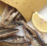 Ψάρια που τηγανίζονται με το λεμόνι γαρίφαλων Στοκ φωτογραφία με δικαίωμα ελεύθερης χρήσης