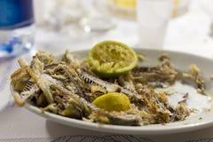Ψάρια που τηγανίζονται με το συμπιεσμένο λεμόνι Στοκ Εικόνες