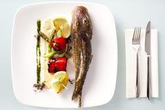 ψάρια που ψήνονται στη σχάρα Στοκ Εικόνες