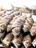 ψάρια που ψήνονται στη σχάρ&alp Στοκ Φωτογραφία
