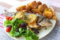 Ψάρια, σαλάτα και πατάτα από την πλευρά  Στοκ Εικόνα