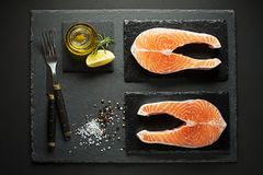 Ψάρια σολομών που προετοιμάζονται για το μαγείρεμα του γεύματος Στοκ Εικόνες