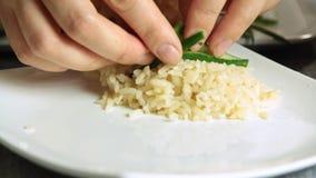 Ψάρια σολομών προσδιορισμού τροφίμων αρχιμαγείρων με το ρύζι και το αγγούρι απόθεμα βίντεο