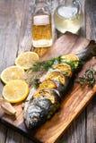 Ψάρια στον αγροτικό πίνακα με τα φρέσκα συστατικά για το μαγείρεμα Στοκ εικόνες με δικαίωμα ελεύθερης χρήσης