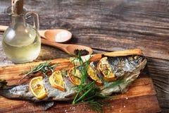 Ψάρια στον αγροτικό πίνακα με τα φρέσκα συστατικά για το μαγείρεμα Στοκ Φωτογραφίες
