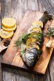 Ψάρια στον αγροτικό πίνακα με τα φρέσκα συστατικά για το μαγείρεμα Στοκ φωτογραφίες με δικαίωμα ελεύθερης χρήσης