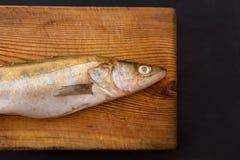 Ψάρια στον ξύλινο πίνακα περικοπών Στοκ φωτογραφία με δικαίωμα ελεύθερης χρήσης