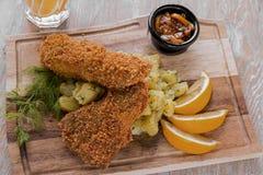 Ψάρια στον πλευρονήκτη τριμμένων φρυγανιών με τις βρασμένες πατάτες Στοκ φωτογραφία με δικαίωμα ελεύθερης χρήσης