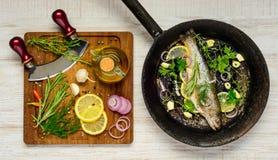 Ψάρια στο τηγάνισμα των παν και μαγειρεύοντας συστατικών Στοκ Φωτογραφία