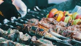 Ψάρια σχαρών, κρέας και ψητό λαχανικών στη σχάρα Τρόφιμα οδών, γρήγορο φαγητό, πρόχειρο φαγητό στην οδό, taseful, εύγευστη φιλμ μικρού μήκους