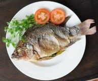Ψάρια σχαρών με το άλας στο πιάτο στοκ εικόνες
