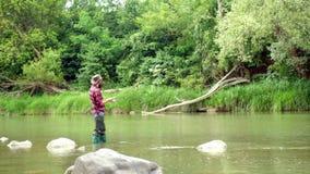 Ψάρια σύλληψης Γενειοφόρος αναδρομική πέστροφα ψαράδων και τροπαίων Άτομα που αλιεύουν στον ποταμό κατά τη διάρκεια της θερινής η απόθεμα βίντεο
