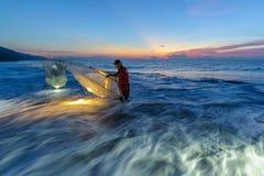 Ψάρια σύλληψης στη χαραυγή Στοκ φωτογραφία με δικαίωμα ελεύθερης χρήσης