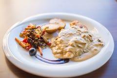 Ψάρια τόνου με την πράσινες σαλάτα και τις ντομάτες Στοκ εικόνα με δικαίωμα ελεύθερης χρήσης
