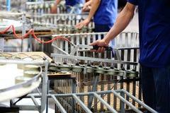 Ψάρια τόνου στην επεξεργασία δοχείων σε manufactory Στοκ Εικόνα