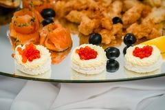 Ψάρια χαβιαριών, και κομμάτια των κόκκινων ψαριών στο εστιατόριο Στοκ Φωτογραφία