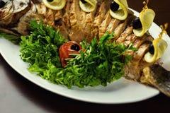 Ψάρια Gefilte, ψάρια Gefilte στην κινηματογράφηση σε πρώτο πλάνο πιάτων εύγευστος που γεμίζετ& Στοκ Εικόνες