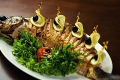Ψάρια Gefilte, ψάρια Gefilte στην κινηματογράφηση σε πρώτο πλάνο πιάτων εύγευστος που γεμίζετ& Στοκ Φωτογραφία