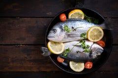 Ψάρια Gilthead στο τηγάνι με τα συστατικά Στοκ Φωτογραφία
