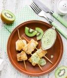Ψάρια kebabs στα ραβδιά μπαμπού με τη σάλτσα Στοκ Εικόνα