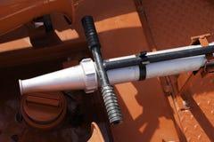 Ψέκασμα του φορητού βαρελιού πυροβόλων όπλων που βρίσκεται σε ένα υποστήριγμα στη στέγη ενός πυροσβεστικού οχήματος στοκ εικόνες με δικαίωμα ελεύθερης χρήσης
