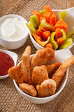 Ψήγματα κοτόπουλου με τη σάλτσα και τα λαχανικά Στοκ Εικόνα