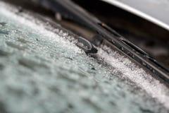 ψήκτρες που καλύπτονται στο φυσικό παγωμένο σχέδιο χειμερινού παγετού στο γυαλί Στοκ Φωτογραφίες