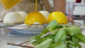 ψήνει Αυγά που αναμιγνύονται στο φλυτζάνι φιλμ μικρού μήκους