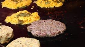 Ψήνοντας τα burgers κρέατος για τα χάμπουργκερ στη σχάρα κοντά επάνω απόθεμα βίντεο