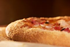 ψήνοντας τη στενή πίτσα επάνω Στοκ φωτογραφία με δικαίωμα ελεύθερης χρήσης