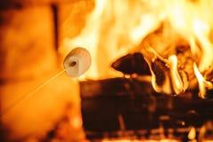 Ψήνοντας marshmallows από την πυρκαγιά Άνετο σπίτι σαλέ με την εστία στοκ φωτογραφίες με δικαίωμα ελεύθερης χρήσης