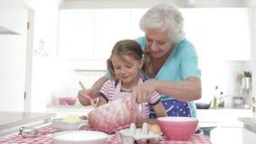 Ψήσιμο γιαγιάδων και εγγονών στην κουζίνα απόθεμα βίντεο