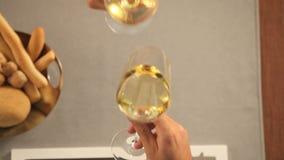 Ψήσιμο ζεύγους με το κρασί στο εστιατόριο απόθεμα βίντεο