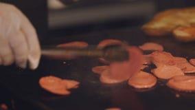 Ψήσιμο μαγείρων στη σόμπα, τα κομμάτια του λουκάνικου για την κατασκευή των σάντουιτς απόθεμα βίντεο