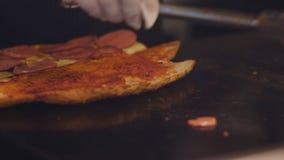 Ψήσιμο μαγείρων στη σόμπα, τα κομμάτια του λουκάνικου φιλμ μικρού μήκους