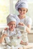 Ψήσιμο μητέρων και κορών Στοκ Εικόνες