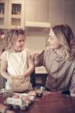 Ψήσιμο μητέρων και κορών στοκ φωτογραφία