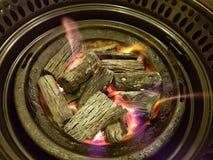 Ψήσιμο ξυλάνθρακα σε ένα υπόβαθρο πυρκαγιάς στοκ φωτογραφία με δικαίωμα ελεύθερης χρήσης