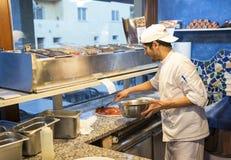 Ψήσιμο πιτσών στον αρχικό φούρνο Στοκ φωτογραφία με δικαίωμα ελεύθερης χρήσης