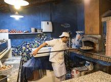 Ψήσιμο πιτσών στον αρχικό φούρνο Στοκ εικόνα με δικαίωμα ελεύθερης χρήσης