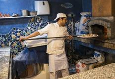 Ψήσιμο πιτσών στον αρχικό φούρνο Στοκ εικόνες με δικαίωμα ελεύθερης χρήσης