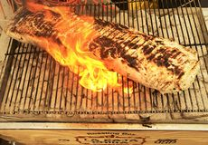 Ψήσιμο στη σχάρα ολόκληρης μιας οσφυϊκής χώρας χοιρινού κρέατος Mojo κουβανικός-ύφους στοκ εικόνα