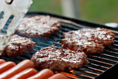 ψήσιμο στη σχάρα σκυλιών burgers καυτό Στοκ Φωτογραφίες