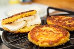 Ψήσιμο στη σχάρα του γεμισμένου ψωμιού καλαμποκιού Στοκ φωτογραφία με δικαίωμα ελεύθερης χρήσης