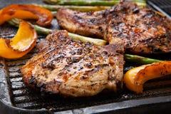 Ψήσιμο στη σχάρα των μπριζολών χοιρινού κρέατος Στοκ φωτογραφία με δικαίωμα ελεύθερης χρήσης