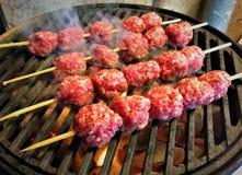Ψήσιμο στη σχάρα των οβελιδίων κεφτών χοιρινού κρέατος στοκ εικόνα με δικαίωμα ελεύθερης χρήσης