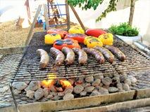 Ψήσιμο στη σχάρα των πιπεριών Bratwust & κουδουνιών στοκ φωτογραφίες με δικαίωμα ελεύθερης χρήσης