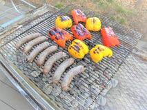 Ψήσιμο στη σχάρα των πιπεριών Bratwust & κουδουνιών στοκ εικόνες με δικαίωμα ελεύθερης χρήσης